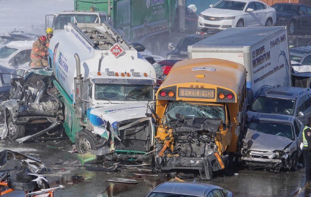 Két halott a több mint kétszáz autós tömegbalesetben