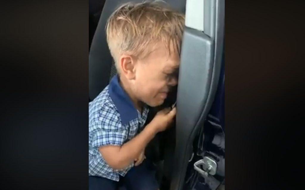 Világsztárok álltak ki a törpe növésű kisfiú mellett, mert osztálytársai gúnyolják