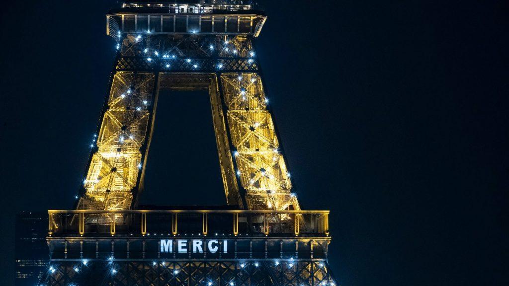 A kivilágított Eiffel-tornyon keresztül mondtak köszönet a franciák