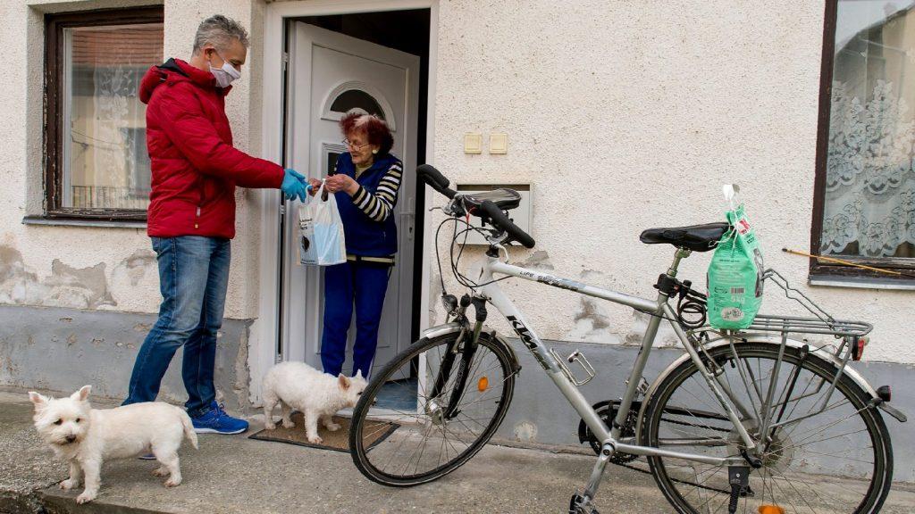 Önkéntesek segítik az időseket