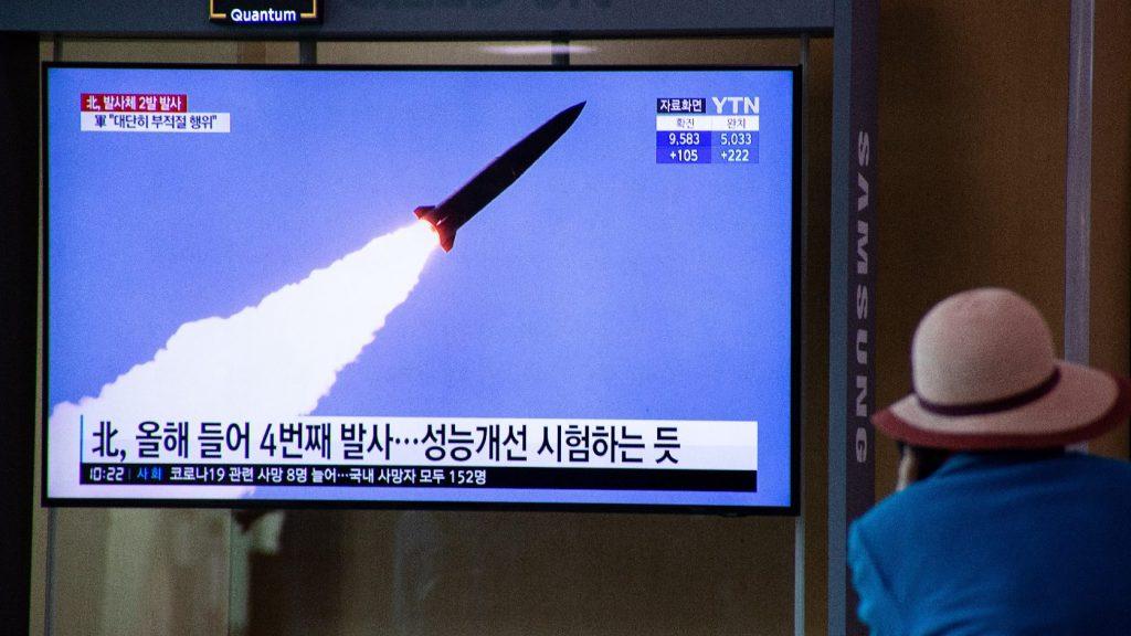 """Észak-Korea új """"szupernagy"""" rakéta-sorozatvetőt tesztelt"""