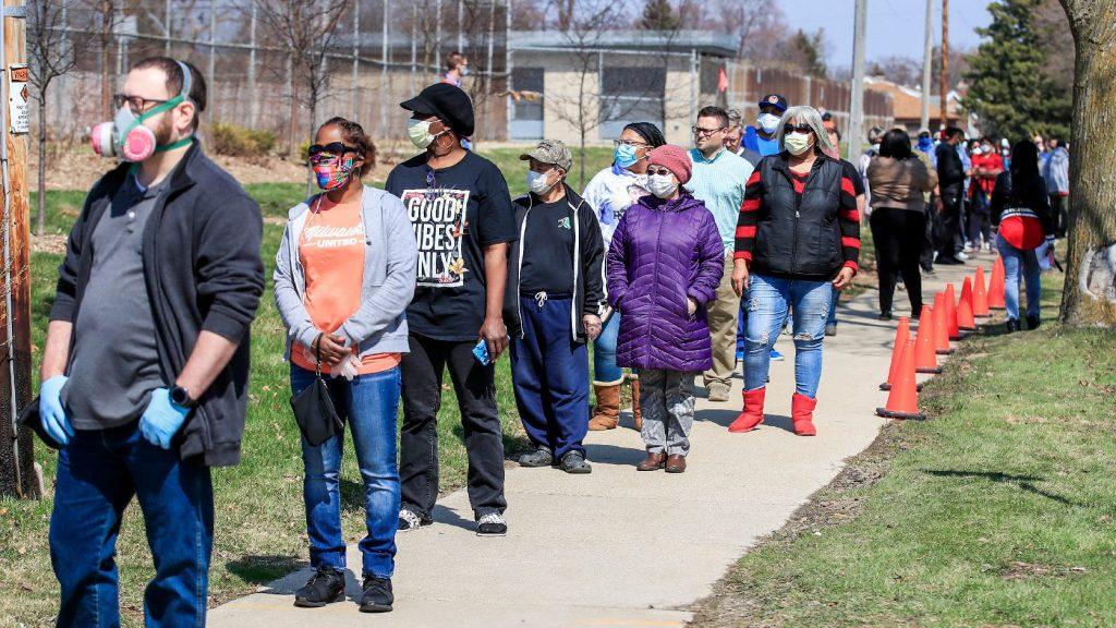 Wisconsinban tömött sorokban várakoznak az emberek az előválasztásokon
