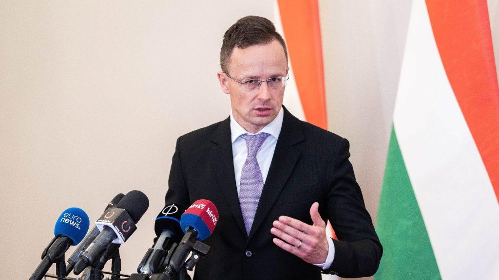 Szijjártó: Hat repülőgép hoz védőeszközt Budapestre szerdán