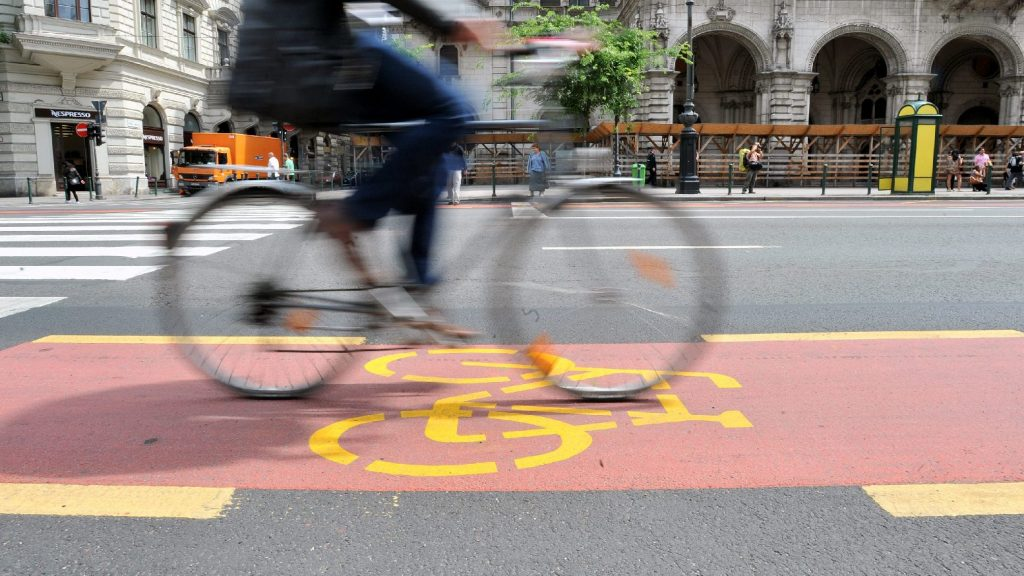 Ideiglenes kerékpársávok segítik a munkába járást