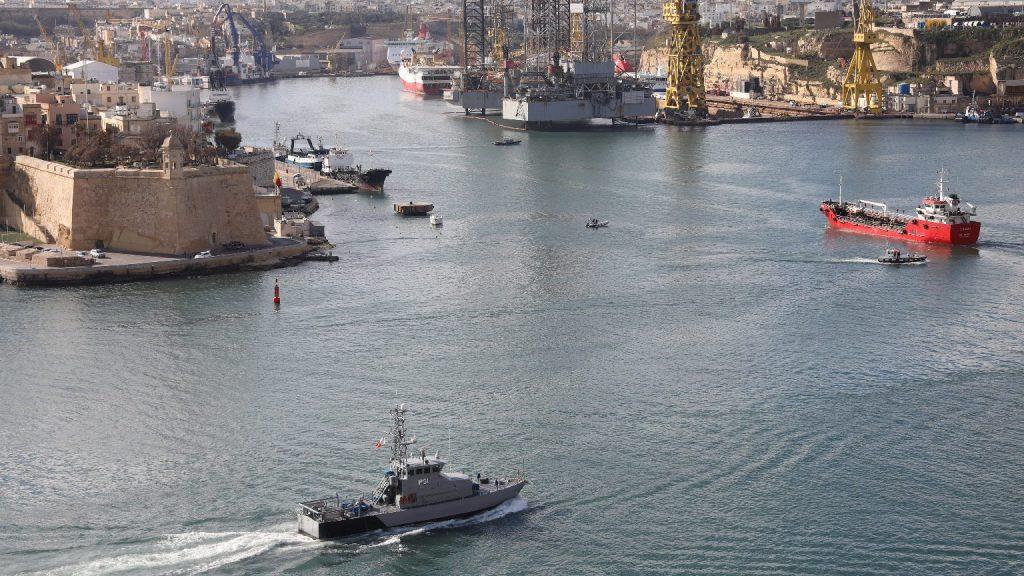 Lezárták a máltai kikötőket a járvány miatt a migránsok előtt