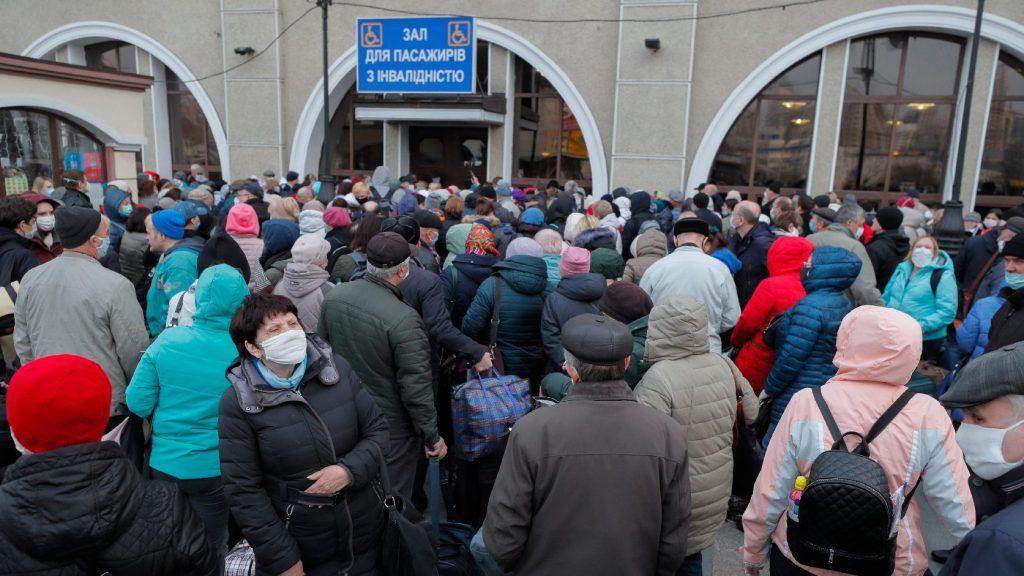 Folyamatosan érkeznek Záhony felé a hazafelé tartó ukránok buszai