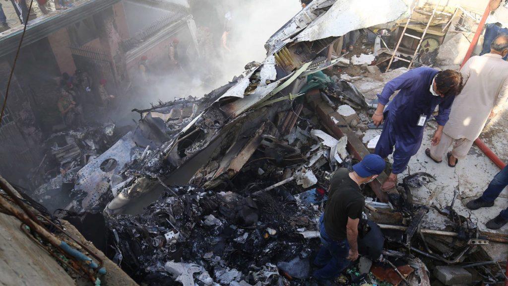 Legalább egy ember túlélte a pakisztáni repülőszerencsétlenséget