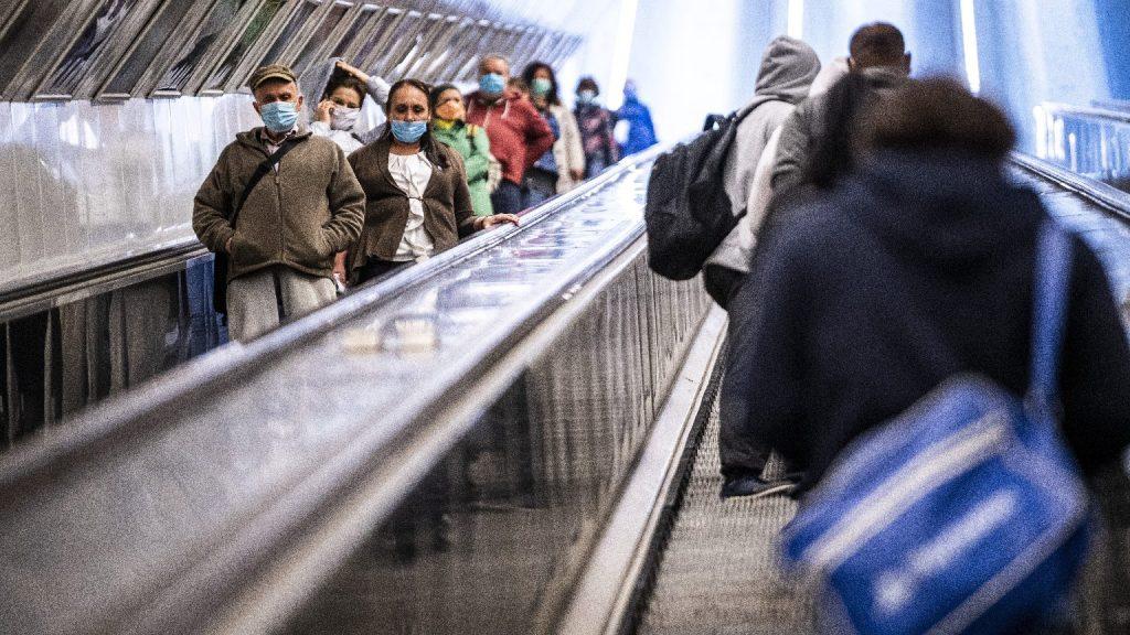 Gyengül a maszkhordási fegyelem a tömegközlekedési eszközökön