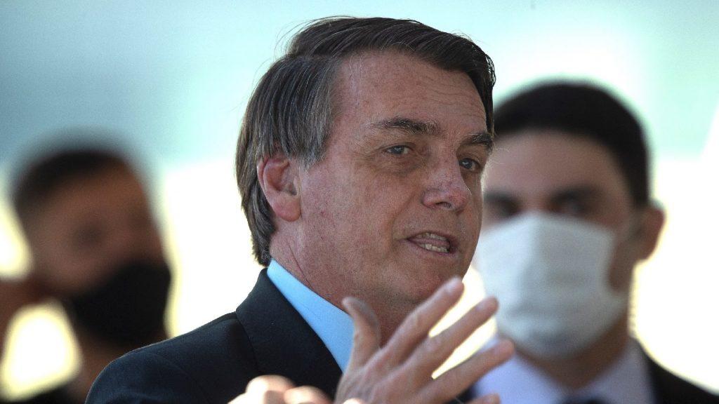 Bolsenaro enyhítéssel hagyta jóvá a maszkviselésről szóló törvényt