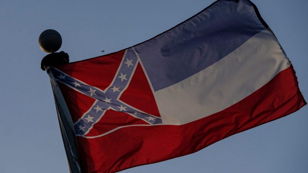 Egy új korszak kezdete: eltávolították a tagállami zászlót Mississippi állam törvényhozásának épületéről