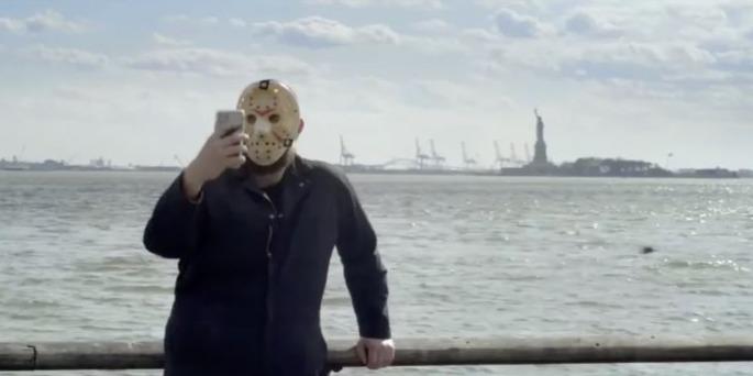 A texasi láncfűrészes is maszk viselésére buzdít
