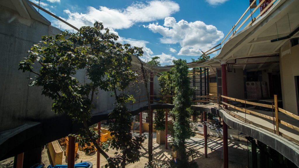 Elkészült a Magyar Zene Háza különleges lyukakkal áttört hullámzó tetőzete