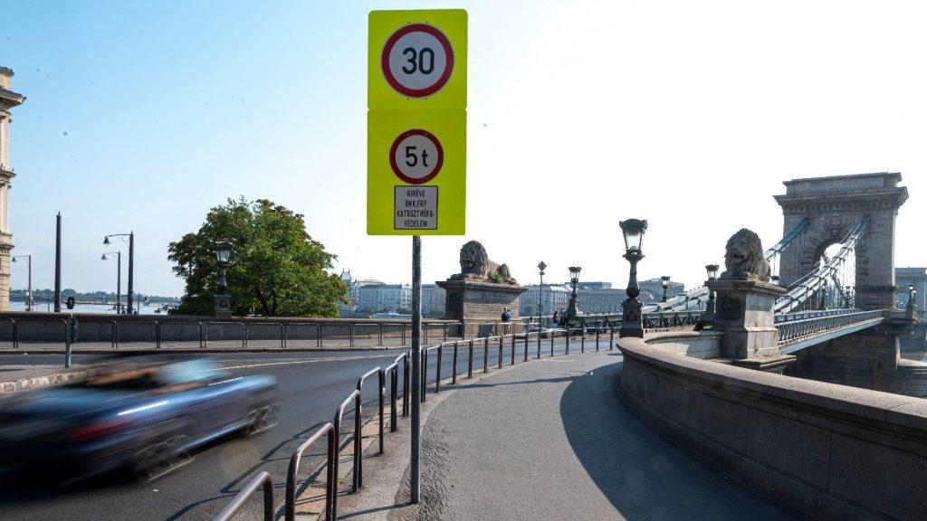 Lánchíd-lezárás: ideiglenes útvonalakat alakítanak ki a gyalogosoknak és a bicikliseknek