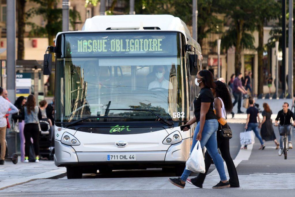 Agyhalottá nyilvánították a francia buszsofőrt, akit utasai az egészségügyi intézkedések betartatása miatt vertek agyon
