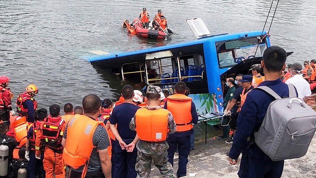 Szándékosan hajtott tóba a buszsofőr Délnyugat-Kínában