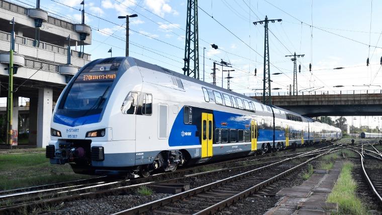 Hétfőtől további három emeletes vonat közlekedik