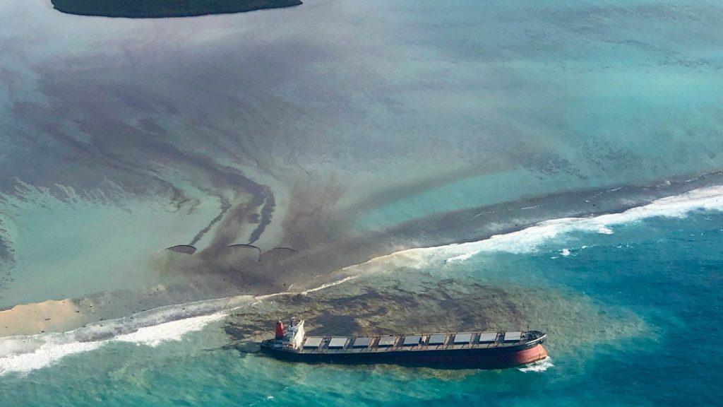 Közel ezer tonnányi gázolaj szivárgott a tengerbe