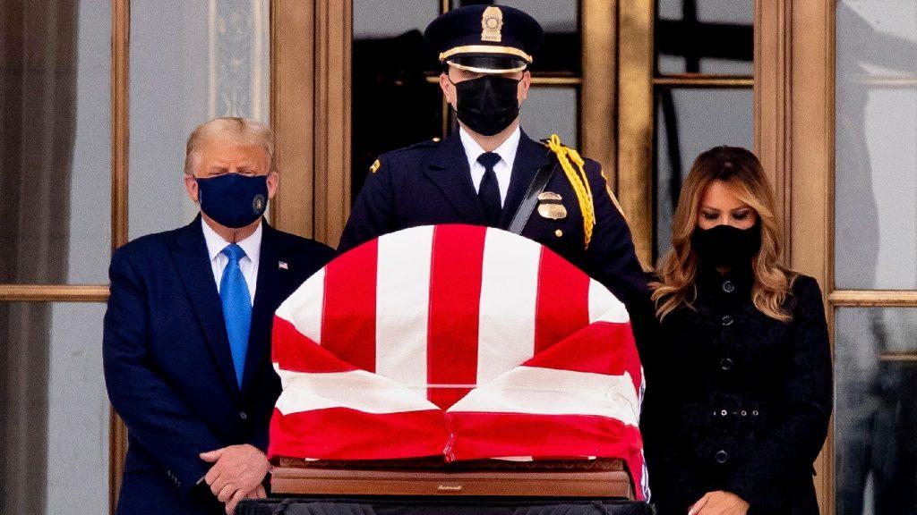 Kifütyülték a tiszteletét leróni akaró Trumpot és feleségét