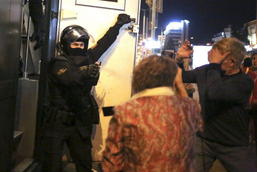 Könnygázzal oszlatják a tüntetőket Minszkben