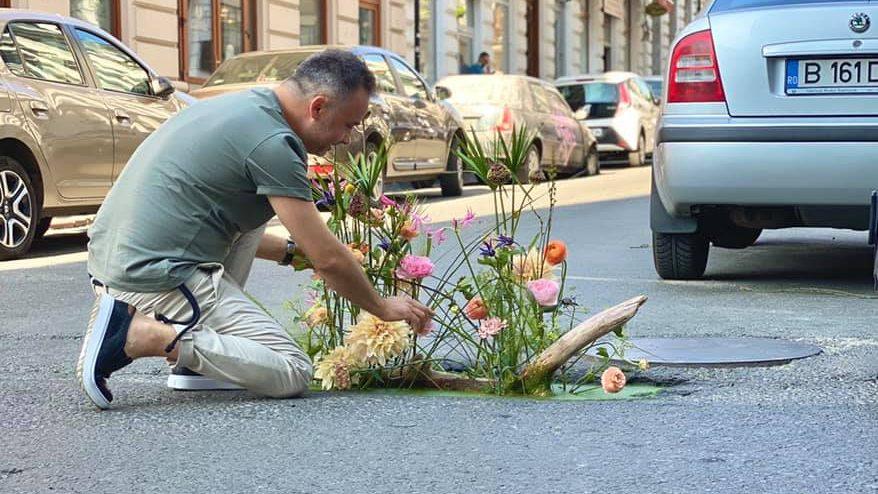 Virágkompozíciók díszítik Bukarestben az úttesten tátongó lyukakat