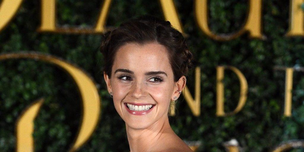 Nehéz eldönteni, hogy Emma Watson menyasszonynak vagy vőlegénynek öltözött-e?