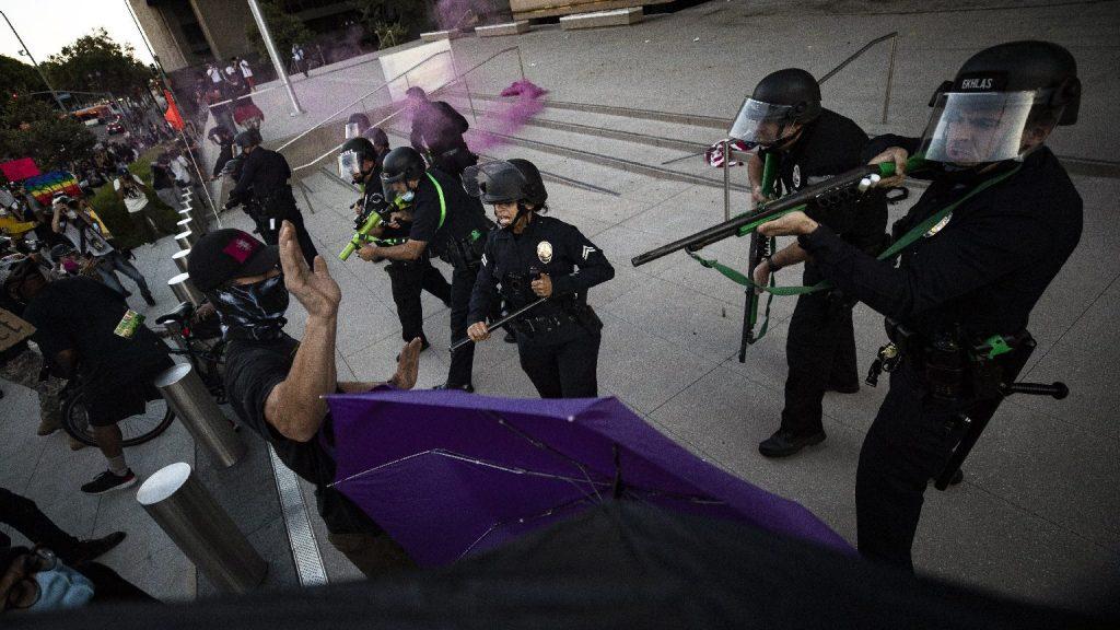 Alig iktatták be Bident, máris tüntet ellene az Antifa