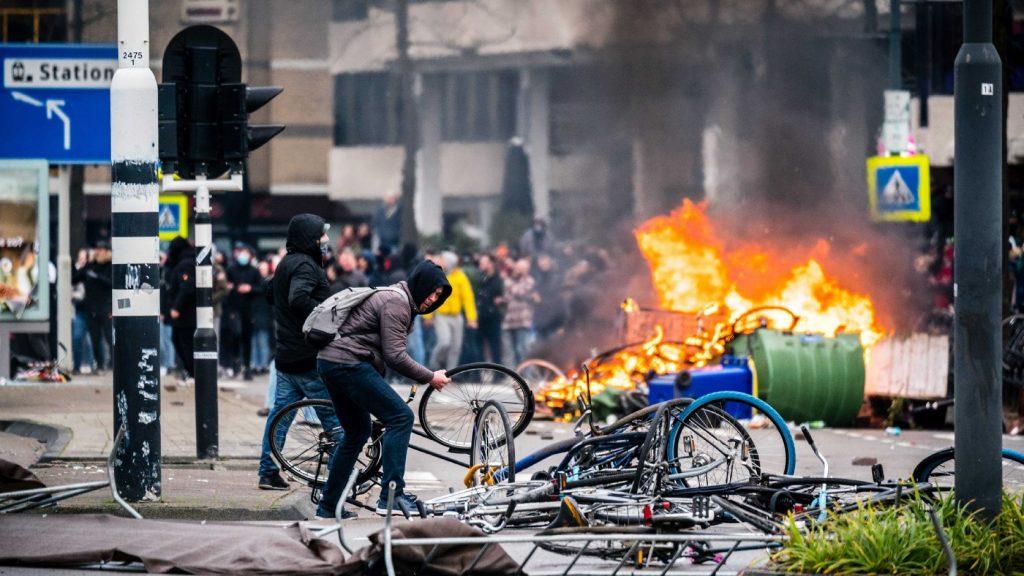Káosz, fosztogatás, pusztítás – ezt hagyta maga után a holland miniszterelnök