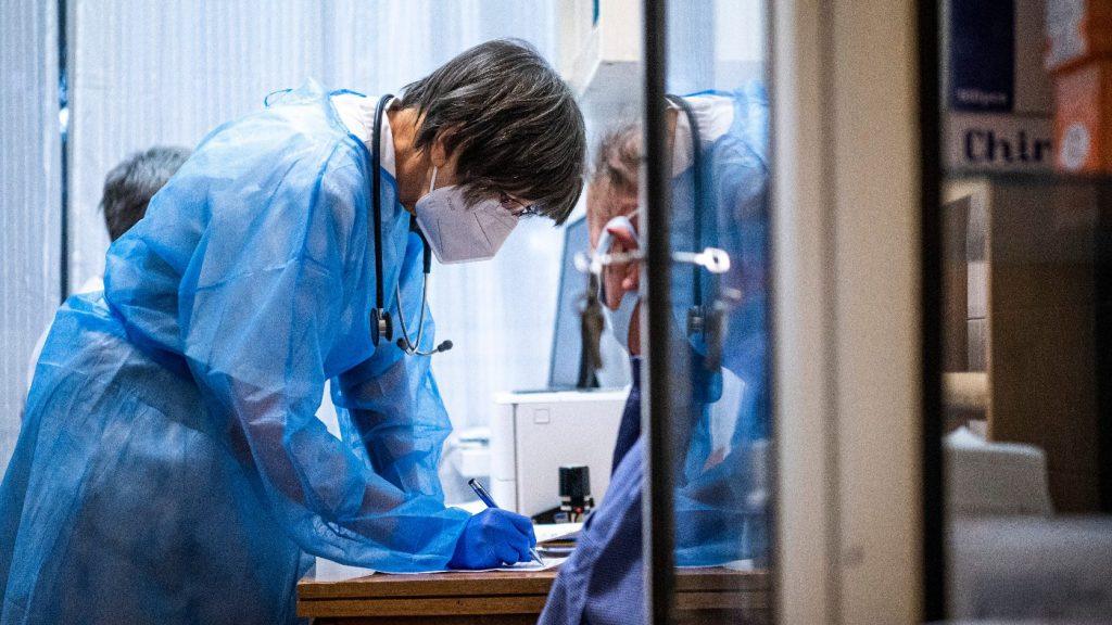 Szankcionálják a tévinformációkat terjesztő orvosokat Belgiumban