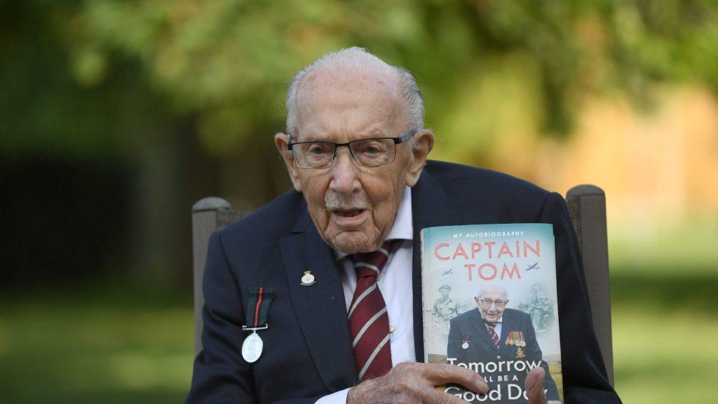 """Elbúcsúztatták a vírus ellen harcoló brit veteránt, """"Tom századost"""""""