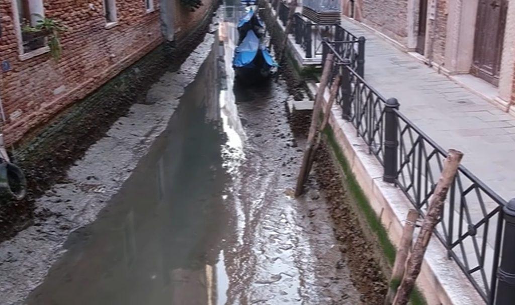 Kiszárardt Velence, szinte teljesen elfogyott a víz a csatornákból - VIDEÓ