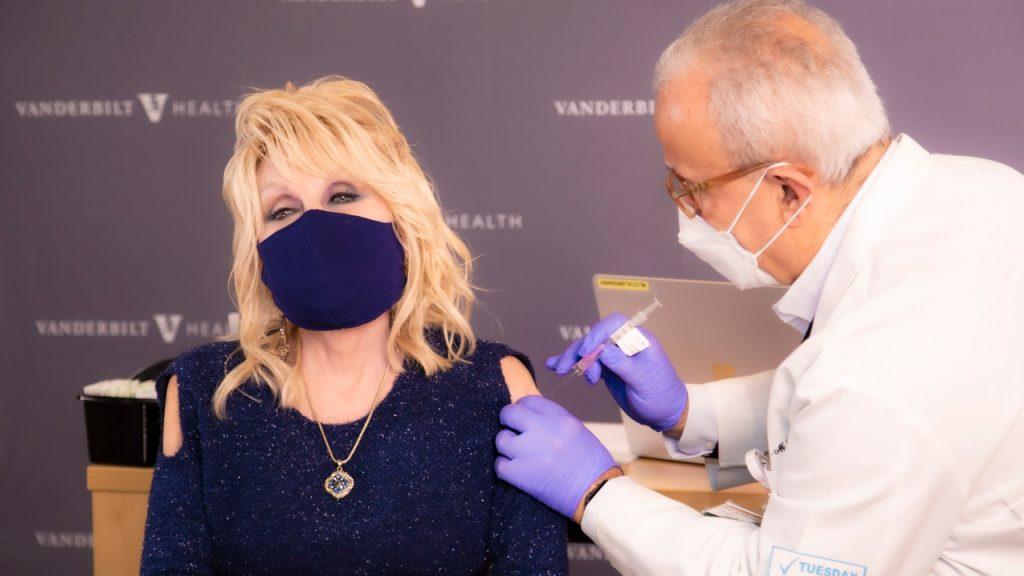 Dolly Parton is megkapta az első dózis vakcinát, ezért átírta a Jolene-t