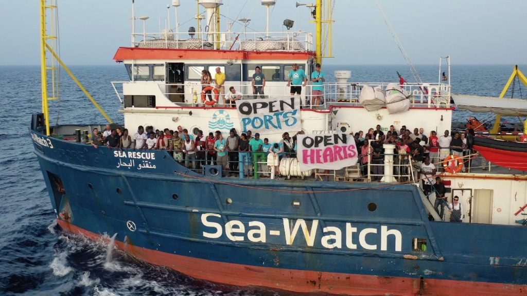 Négyszáz bevándorlóval a fedélzetén az olasz partokhoz közelít egy civilhajó