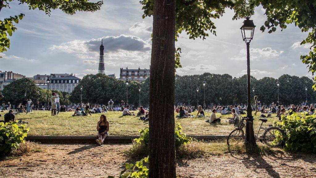 Jó ötlet? A parkokba helyeznék át az iskolai tanórákat Párizsban