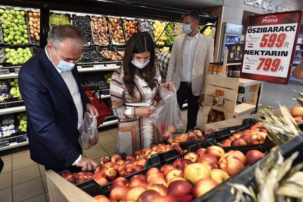 Mától tovább tartanak nyitva a boltok, 2000 alatt az új fertőzöttek száma