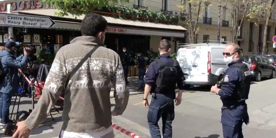 Kivégzés Párizsban – a csuklyás motoros többször fejbe lőtte a földön fekvő férfit