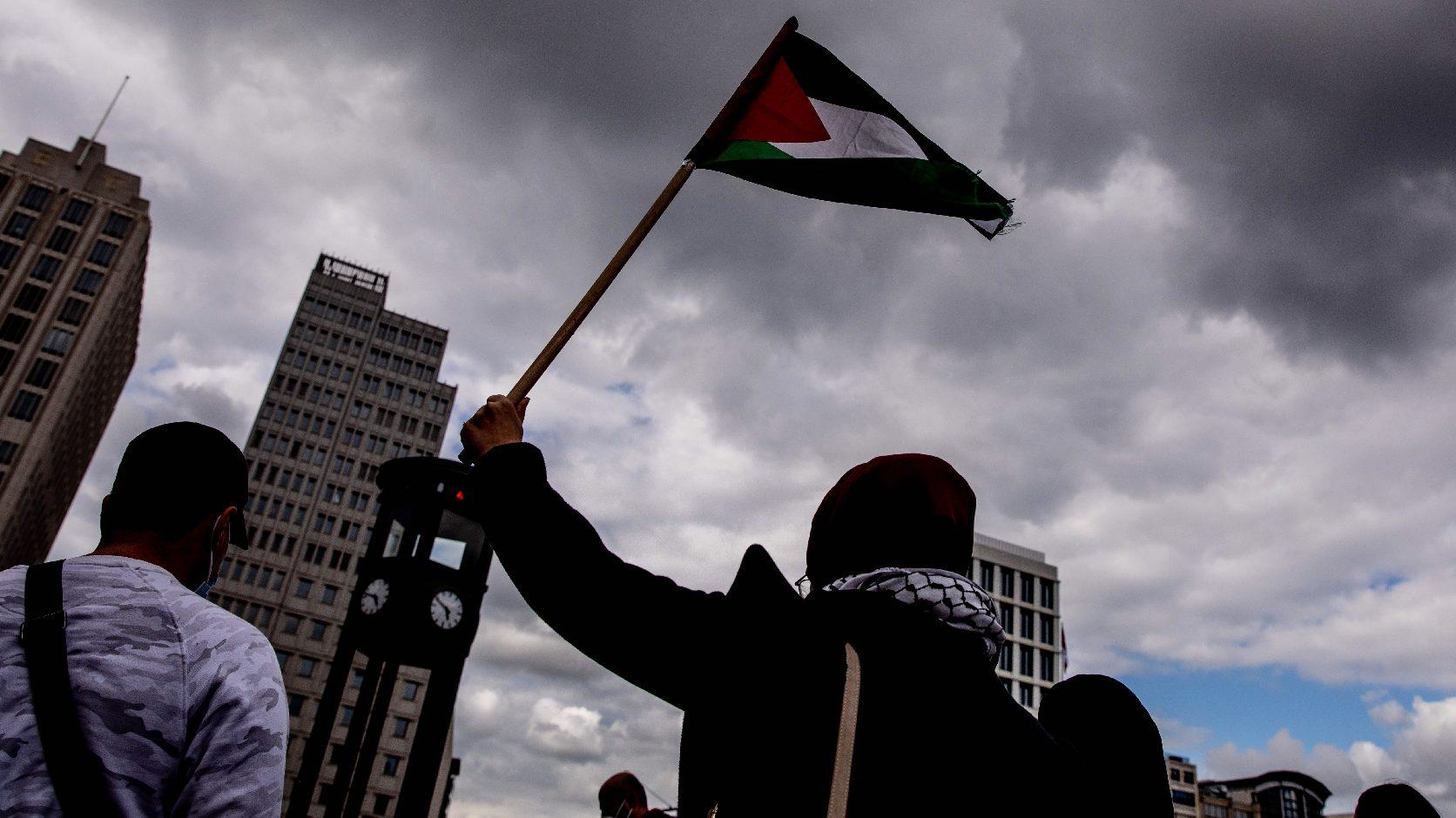Izraeli zászlókat égettek és zsinagógákat dobáltak meg a muszlim tüntetők Németországban