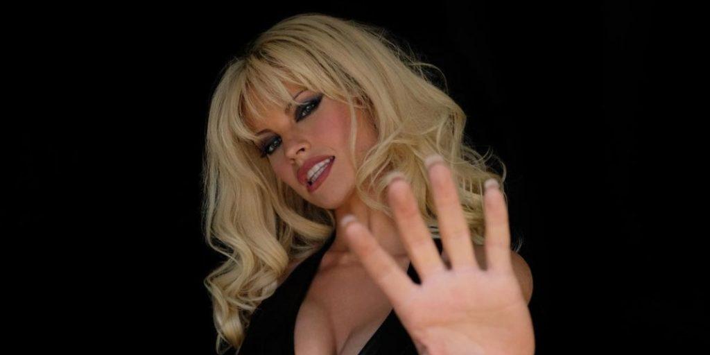 Meghökkentő: Lily James kísértetiesen hasonlít Pamela Andersonra