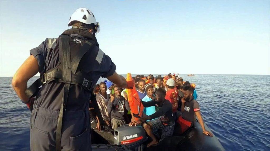 Több száz bevándorló vesztegel máltai vizeken, Lampedusa közelében