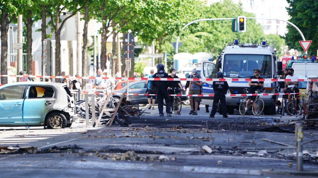 Felgyújtott autók, megsérült rendőrök – szélsőbaloldali terror Berlinben
