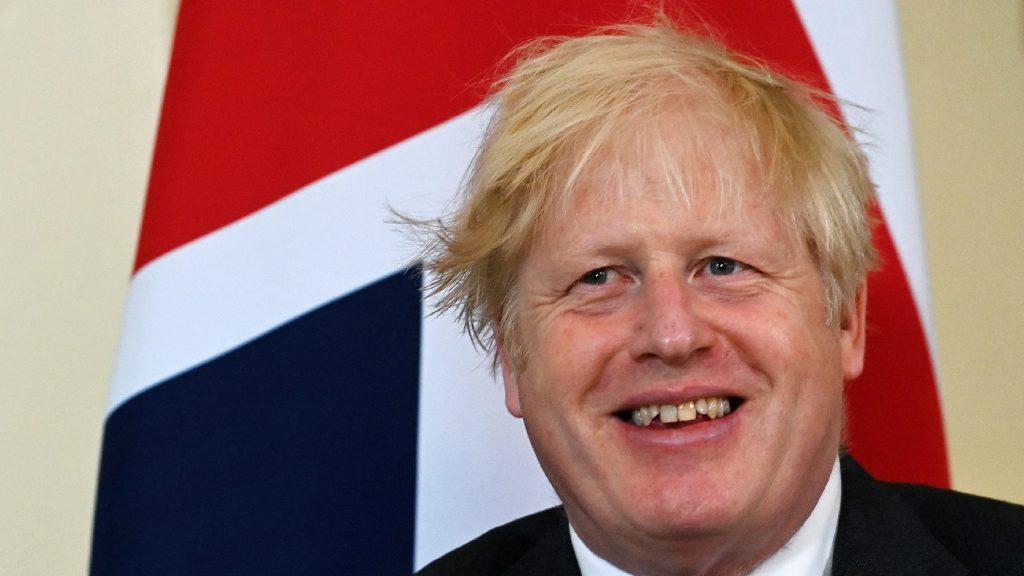 Károly herceg is kiröhögte az esernyőjével viaskodó Boris Johnsont - VIDEÓ