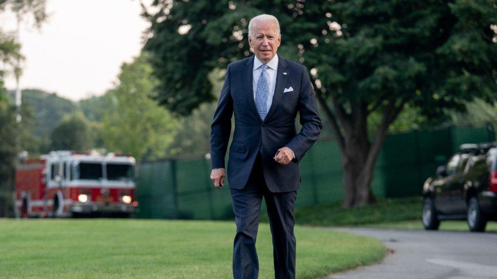 Biden szigorúbb járványügyi előírásokkal próbálja oltásra ösztönözni a szövetségi alkalmazottakat