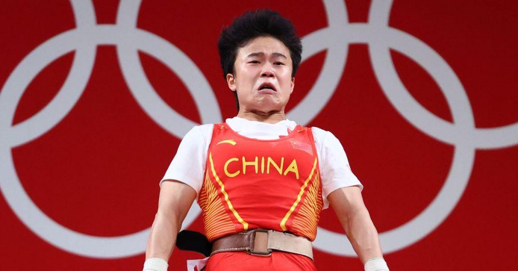Súlyemelőjük előnytelen fotója miatt háborog a kínai nagykövetség