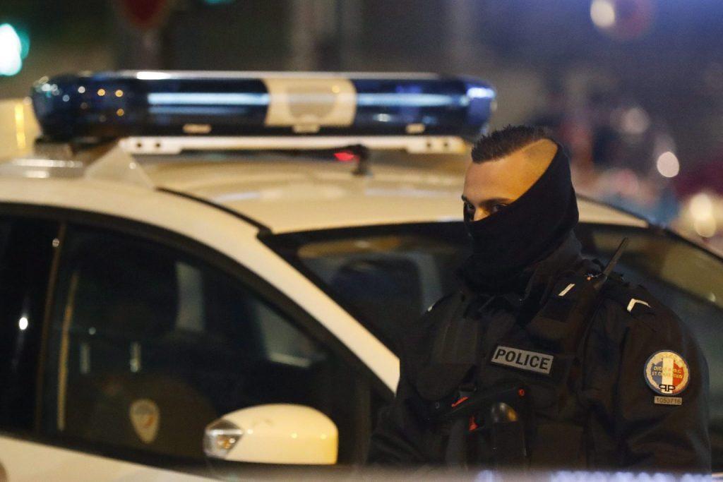 Egy gépkocsi belerohant egy párizsi kávézó teraszába