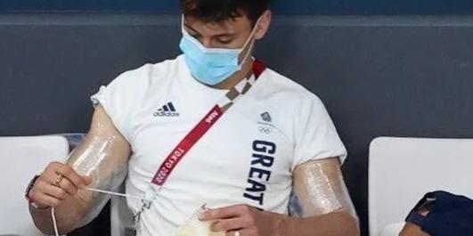 Zseniális végeredmény! Elkészült a lelátón kötő Tom Daley olimpiai pulóvere