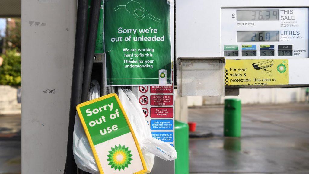 Készenlétbe helyezték a brit hadsereg teherautósofőrjeit az üzemanyag-ellátás segítésére