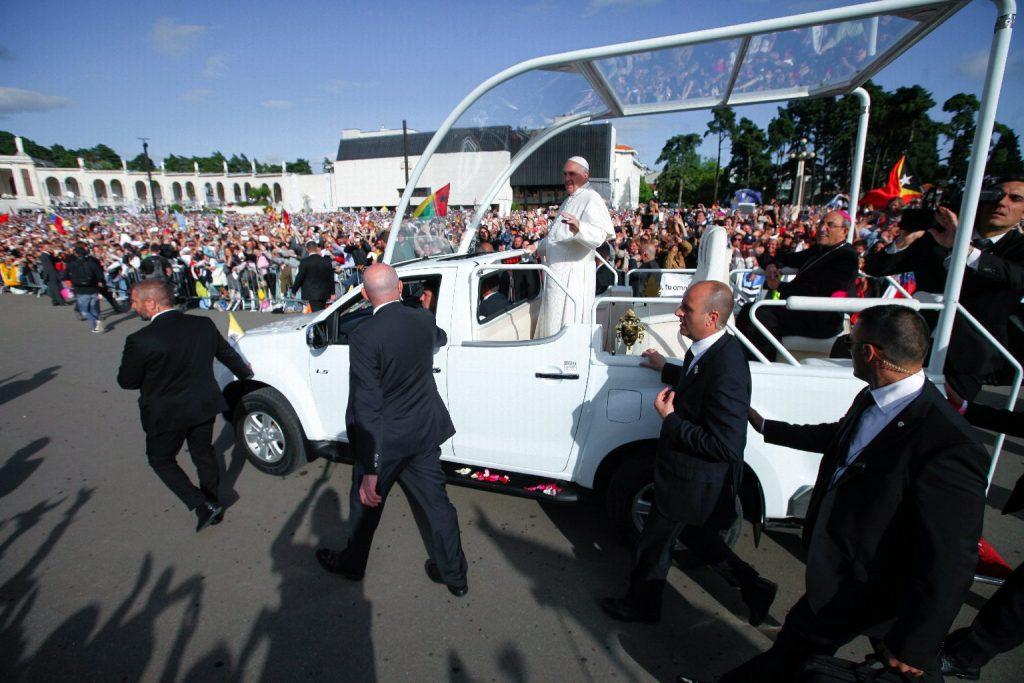 Álca csupán a svájci gárdisták középkori ruhája, akik a TEK-kel együtt védik Ferenc pápát