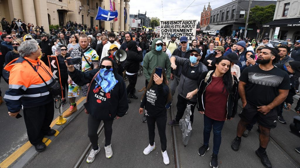 Kórházba küldtek több rendőrt a korlátozások miatt felbőszült ausztrál tüntetők