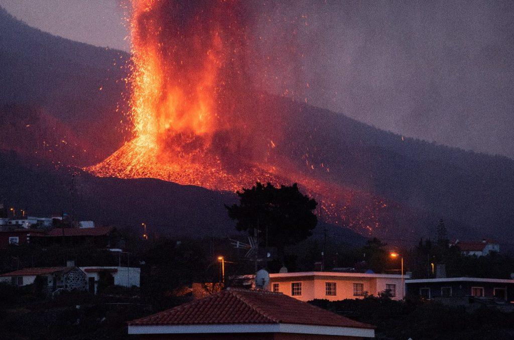 Tombol a vulkán, már a repülőteret is lezárták
