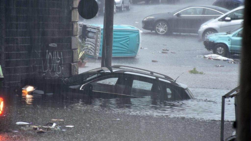 Autókat visz el az özönvíz az utcán, egy ember megfulladt – VIDEÓ