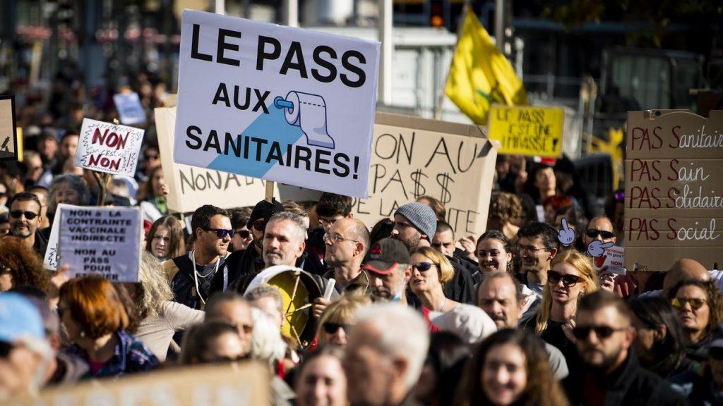 Svájcban ezrek tüntettek a járványügyi intézkedések ellen